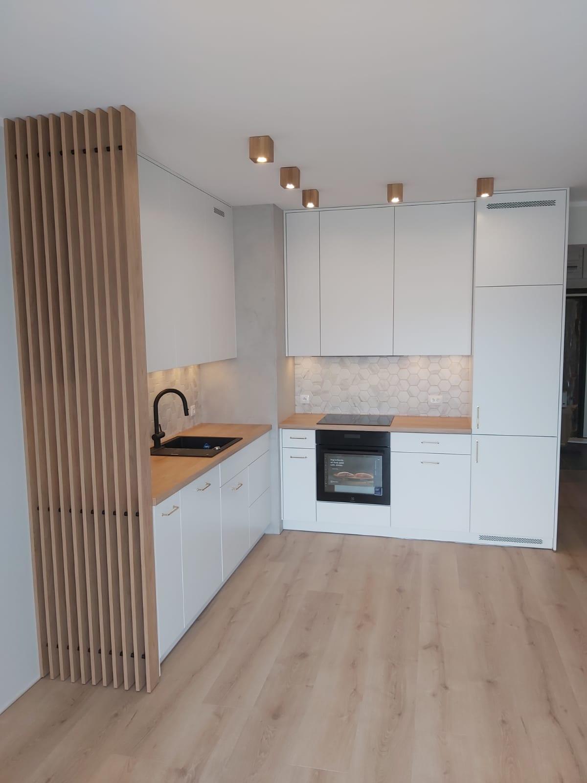 kuchnia biała z drewnianym blatem 2021
